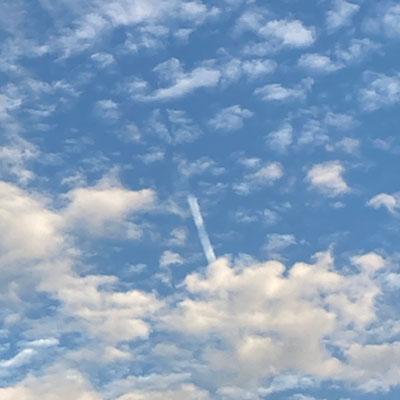 【銀座店】秋空の飛行機雲